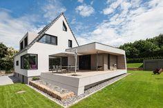 Finde Modern Häuser Designs: Außenansicht mit Terrasse. Entdecke die schönsten Bilder zur Inspiration für die Gestaltung deines Traumhauses.