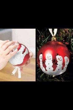 Weihnachtskugeln mit Händeabdruck verzieren