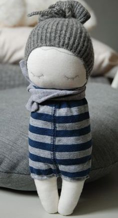 The links for these dolls are either broken or in a foreign language, but they are great ideas for the dress for them.