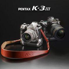 Die neue Pentax K-3 III ist da. Ab sofort können Sie das Spitzenmodell der aktuellen PENTAX Spiegelreflex-Serie im APS-C Format bei uns vorbestellen. Das PENTAX K-3 Mark III Premium Kit ist weltweit auf lediglich 1000 Stück limitiert – Schlagen Sie also zu, bevor es zu spät ist. Binoculars, Software, Ab Sofort, Bags, Too Late, Branding, Scale Model, Handbags, Bag