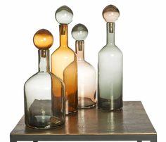 Design flessen set van Pol Potten staat bijzonder decoratief in je interieur. Iedere design fles van Pol Potten heeft zijn eigen chique kleur en een stolp dop. Deze  flessen set van Pols Potten is een blikvanger en zal vele bewonderde blikken oogsten.