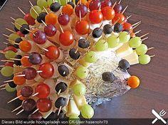 Zutaten 1  Spitzkohl oder Weißkohl für den Igelkörper 500 g Käse, halbfester Schnittkäse (z. B. junger Gouda, Butterkäse, Emmentaler) 1  Orange(n) für das Igelgesicht 1  Honigmelone(n)   Weintrauben, kernlose (lieber große Trauben) 1 Dose/n Mandarine(n) 1 Zweig/e Tomate(n), sehr kleine 10  Physalis 10  Oliven ohne Stein, schwarz und grün,gefüllt oder ungefüllt 1 kl. Glas Cornichons