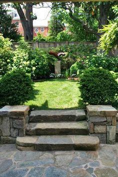 """Gdybym zadała Wam pytanie """"Co decyduje o charakterze ogrodu?"""" z pewnością usłyszałabym najrozmaitsze odpowiedzi, wskazujące takie cechy jak: ogólny kształt kompozycji, skład gatunkowy roślinności, stosowanie oryginalnych dekoracji i dodatków, obecność basenu kąpielowego itp. To wszystko prawda, ale podejrzewam, że nikt z Was nie wpadłby na pomysł, aby do tej listy dodać… schody. W powszechnej opinii …"""
