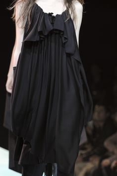 Yohji Yamamoto at Paris Fashion Week Spring 2011 - Details Runway Photos Paris Fashion, High Fashion, Fashion News, Fashion Brands, Yoji Yamamoto, Japanese Fashion Designers, Fashion Details, Women Wear, Style Inspiration