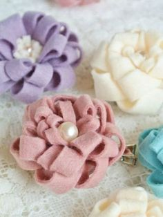 Just cutting and winding ♪ How to make flower for easy and cute felt Felt Flowers, Fabric Flowers, Wie Macht Man, Diy Crafts For Gifts, Flower Hair Accessories, Felt Brooch, Bow Hair Clips, Handmade Flowers, Handmade Accessories