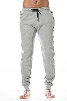 Pantalon Craig esprit jogging homme noir en molleton coton. 2 poches en biais sur le devant avec zip métallique. 1 poche arrière. Disponible de la taille S à XXXL en 3 coloris en noir, gris ou anthracite.