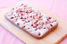 Tento fantastický hrnčekový jahodový koláč budete mať hotový len za 7 minút … | Báječné Ženy Krispie Treats, Rice Krispies, Ale, Food And Drink, Bread, Cookies, Sweet, Strawberries, Food Food