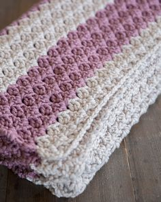 This easy crochet pattern is the perfect project for beginner and advanced crocheters and makes a quick, thick, and cozy blanket/throw. #CrochetBlanketsEasy