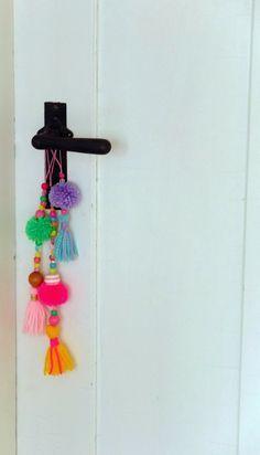 Pompon Quasten aus Wollresten und Perlen / Pompon tassels made from scraps of wool and beads / Upcycling