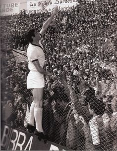 Gigi Riva, fiori ai tifosi della Curva Est - il 12 aprile 1970- LO SCUDETTO DEL CAGLIARI Sport Football, Football Players, Football Pictures, Ac Milan, Sports Art, Big Men, Persona, Couple Photos, World
