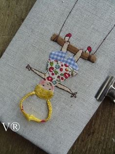 e bordado. Embroidery Art, Embroidery Applique, Cross Stitch Embroidery, Embroidery Patterns, Machine Embroidery, Fabric Art, Fabric Crafts, Sewing Crafts, Sewing Projects