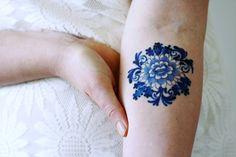 Deze prachtige tijdelijke tattoo is gemaakt in de beroemde Delfts blauwe...