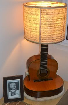 9 Ideen für Upcycling-Gitarre in Dinge, die Sie brauchen 9 ideas for upcycling guitar in things you need - - Guitar Crafts, Guitar Diy, Interior Lighting, Lighting Design, Guitar Shelf, Music Furniture, Desk Lamp, Table Lamp, Diy Lampe