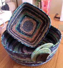 How to make fabric bowl - if info doesn't show up on first page go to next.- did one of these years ago! Rope Basket, Basket Weaving, Bamboo Basket, Rope Crafts, Diy Crafts, Fabric Bowls, Rope Art, Clothes Line, Fabric Scraps
