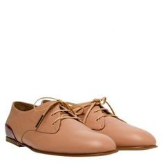 Schlichtes Design und androgyner Style, das sind die OXFORDS von Chloé. Die rubinroten Akzente verleihen dem Schuh einen besonderen Hingucker.