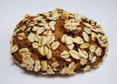 Oathie is een supergezond alternatief voor brood dat geen meel of tarwe bevat, maar bestaat uit ruwe havermoutvlokken, sojabonen, bessen, lijnzaad en noten. En heel véél vezels bevat afkomstig van havermout, appels en perziken.