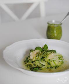 Zucchini Nudeln mit Basilikum Pesto