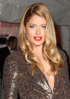 Doutzen Kroes, blue eyes, in a Marilyn Monroe look. Red lips, shimmer in inner corners of the eye, black eyeliner.