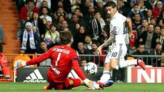 Gruppenspiel CL.: Real Madrid - B.Dortmund 2:2 - James Rodriguez (re.) scheitert an Roman Weidenfeller