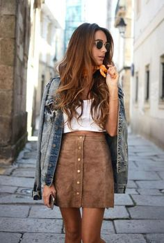 Conjunto chaqueta tejana azul, camiseta blanca, falda marrón, gafas negras y pañuelo naranja #misconjuntos #conjuntosmoda #modafemenina #fashion #style #looks