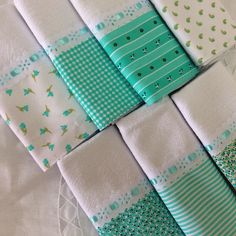 Lindo kit pano prato combinado com 7 unidades, sacaria pé de galinha Med: Dish Towels, Hand Towels, Tea Towels, Patchwork Kitchen, Place Mats Quilted, Sewing Lessons, Patch Quilt, Sewing For Beginners, Embroidery Applique