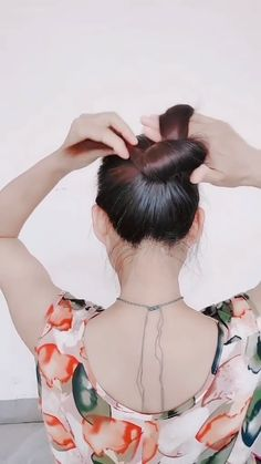 A cool trick on how to make the perfect updo when you have long hair 😉 peinados videos SUPER EASY HAIR UPDO Easy Hairstyles For Long Hair, Bun Hairstyles, Long Hair Easy Updo, Hairstyles Videos, Hair Upstyles, Long Hair Video, Hair Videos, Hair Designs, Hair Hacks