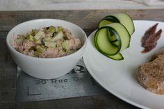 Het leuke aan zelf tonijnsalade maken is dat jij de hoeveelheden kunt bepalen. Hou je erg van ansjovis, zoals wij? Dan gooi je er lekker vijfvisjes in. Hou je er helemaal niet...