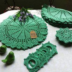 Der Neuen Besten : 90 sousplats de crochê para a sua mesa e modelos com passo a passo Crochet Kitchen, Crochet Home, Crochet Baby, Free Crochet, Knit Crochet, Granny Square Häkelanleitung, Granny Square Crochet Pattern, Crochet Placemat Patterns, Crochet Doilies