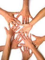 Geef een getal en een lichaamsdeel. Bv '8' en 'hand' De kinderen moeten zo snel als mogelijk een groepje van 8 vormen en ze moeten ervoor zorgen dat de lichaamsdelen elkaar raken. (In dit geval de hand)