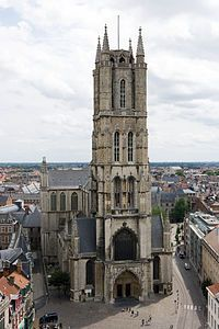Catedral de San Bavón en Gante. Cuando se fundó la diócesis de Gante en 1559, la iglesia se convirtió en su catedral. En el periodo posterior, de los siglos XIV al XVI, se ejecutaron sobre la estructura continuos proyectos de expansión en estilo gótico. Un nuevo coro, capillas radiales, transepto, una sala capitular, pasillos de la nave y una sección occidental con una sola torre fueron añadidos durante este periodo. La construcción se consideró acabada el 7 de junio de 1569.