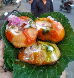 We bet you won't be able to resist this . Crisp puri filled with matar, dahi, chutney and onion. Mumbai Street Food, Thai Street Food, Indian Street Food, Indian Snacks, Indian Food Recipes, Spicy Recipes, Vegetarian Recipes, Japanese Street Food, Vietnamese Dessert