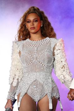The latest news on the Queen👑 Queen Bee Beyonce, Beyonce Et Jay Z, Beyonce Style, Beyonce Knowles, Divas, Celebrity Style Inspiration, Body Inspiration, Zara, Female Singers