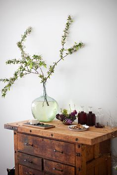 drawers + vase...i want the table