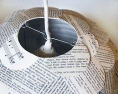 Misto libro pagina Ciondolo della collezione Manhasset è un divertente paralume per lampada a sospensione viene creato applicando pezzi circolari da libri tascabili assortiti per una lanterna di carta rotonda. Lombra si illumina calorosamente quando è illuminato, permettendo una discreta quantità di luce attraverso gli strati di carta. Ogni pendente propone una varietà di pagine bianche, grigie e abbronzatura. Siamo i creatori originali di queste lampade a sospensione di carta shingle…