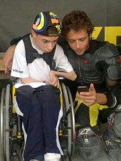 Extremely moving image of Valentino Rossi taking some time out with one his fans! Motogp Valentino Rossi, Valentino Rossi 46, Hummer, Vale Rossi, Nicky Hayden, Funny Pictures Can't Stop Laughing, Vr46, Racing Motorcycles, Motorcycle Racers
