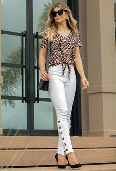 Calça Cropped Lucelena Cheetah Print Outfits, Leopard Print Top, Dressy Casual Outfits, Casual Chic, Denim Outfit, White Jeans Outfit, Work Attire Women, Iranian Women Fashion, Animal Print Fashion