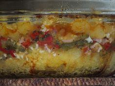 Przepis na zapiekanka z dynią, papryką i boczkiem. Dynię obrać ze skórki, oczyścić z pestek, opłukać i pokroić w kostkę. Przełożyć do garnka i zalać wodą. Dodać szczyptę soli, pieprzu i liście laurowe.