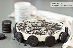 Tarta de chocolate blanco y galletas oreo (White chocolate cake with oreo). Just Desserts, Delicious Desserts, Yummy Food, Oreo Cake Recipes, Dessert Recipes, White Chocolate Mousse Cake, Chocolate Cake, Yummy Treats, Sweet Treats