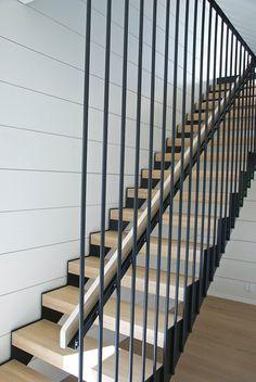 mustat, modernit, pinnakaiteiset portaat