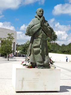 Monumento ao Papa Paulo VI: assinala a sua peregrinação a Fátima, em 13 de Maio de 1967. Autor: Joaquim Correia.