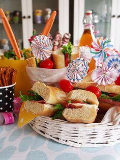 Kaakao kermavaahdolla: Täytetyt patongit #vappu #kruoka Holiday Parties, Pesto, Special Day, Table Decorations, Inspiration, Food, Holidays, Home Decor, Spring