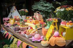 Bolo, frutas e sabores #festapicnic #flores #party #vaiterfesta #festalegal @belleatelierfestas #photo #photography #bandeirinhas #cores #coreslindas