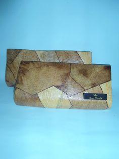 Carteira de Mão, confeccionada com caixa tetra pak e filtro de café tingido com água de cebola.