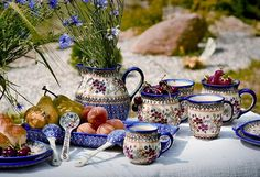 Polish pottery at a garden feast. I'm sure it makes neighbors jealous :D