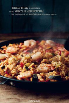 Paella z kurczakiem, warzywami (cukinią i papryką) oraz krewetkami  Dodatek krewetek jest opcjonalny.