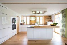 Küche weiß hochglänzend mit Altholz: klassische Küche von Atelier für Küchen & Wohnkultur Laserer