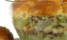 Burger Salat, das klingt verrückt, oder? Ist es aber nicht! Eva beweist im Video, dass dieser besondere Schichtsalat ein echter Hingucker ist!