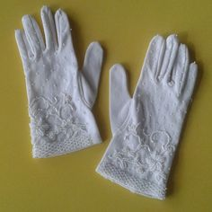 VINTAGE White Beaded Gloves LADIES Dress STRETCH NYLON One Size FLORAL DESIGN