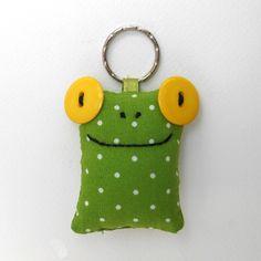 Sárga szemű Breki - textil béka kulcstartó, Mindenmás, Kulcstartó, Uhu egyik barátja a sárga szemű Breki, őt ábrázolja ez a zöld pöttyös, pillekönnyű kulcst..., Meska
