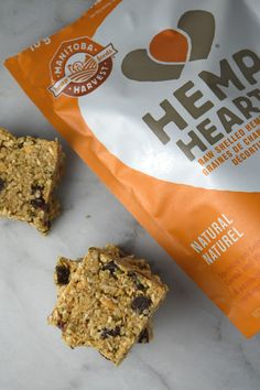 Healthy Snacks No Bake Hemp Hearts and Coconut Squares - Super healthy bars made with hemp hearts and peanut butter. Vegan, gluten free and perfect snack food! Healthy Bars, Healthy Baking, Healthy Desserts, Healthy Foods, Heathy Treats, Fast Foods, Diabetic Foods, Vegan Treats, Vegan Snacks